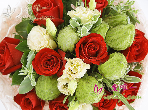bouquet of red roses and champagne lisianthus