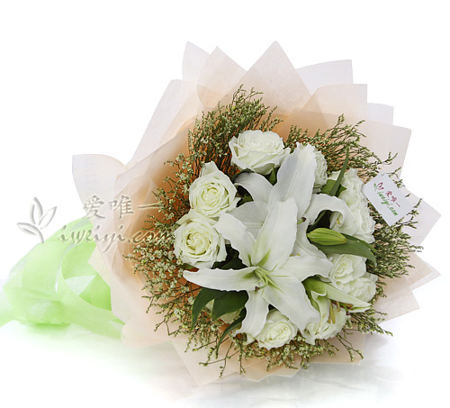 bouquet of white roses and white lilies