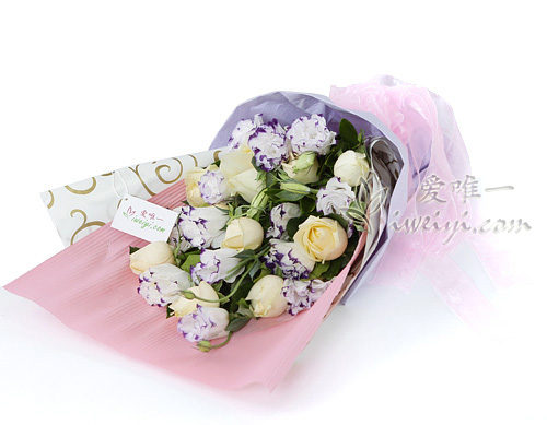 bouquet of champagne roses and multicolor lisianthus