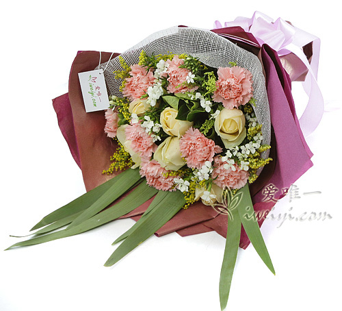 bouquet of champagne roses and pink carnations