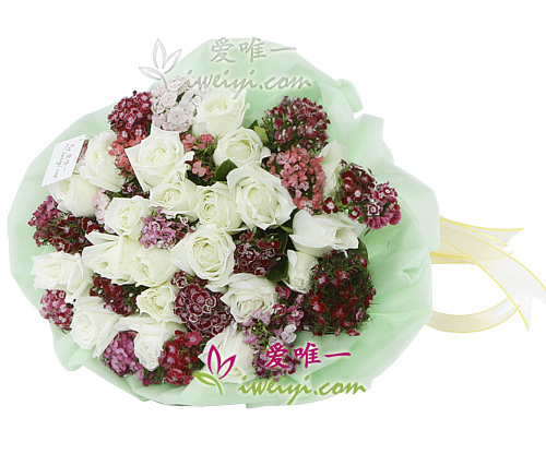 bouquet of white roses and dianthus barbatus