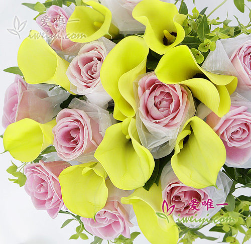 vase composed of 11 pink roses and 10 yellow calla lilies