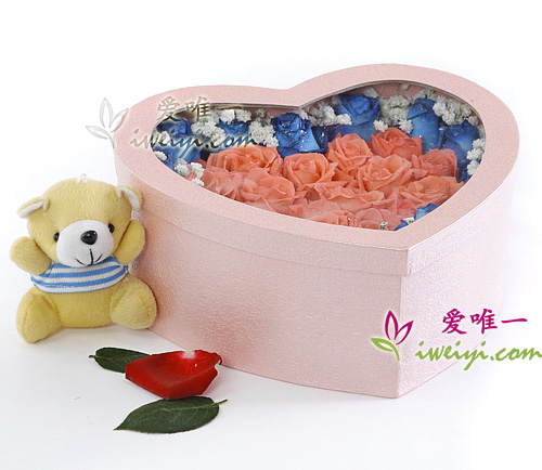 box of flowers composed of blue roses and pink roses